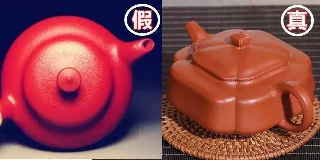 自然美才是完美,手工泥全手工壶的材质就表现了这种自然美。而真空练泥制作的壶表现出的是整齐划一的做作美、营造美。 2包浆 由于手工泥全手工壶颗粒大小不一,内壁松而外表紧,内壁疏而外表密,透气性好。所以,沏泡时茶叶容易从壁内反渗透到全壶,初泡时,壶的全身热气直冒,而又不出汗,这与真空练泥制作的壶有极大的差异。真空练泥制作的壶在养壶时,茶汁一般是从壶面通过壶内水的高温烤干而逐渐包浆的。  因其材质密度太大,成型时又加上一道反面挡坯的力,因此茶汁由内壁渗透表面的成分极少。手工泥全手工壶用不到几天,其包浆效果,