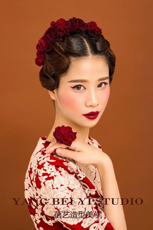 >>>中式造型 敬酒仪式上,穿着旗袍或其他改良中式礼服的新娘,可选择图片