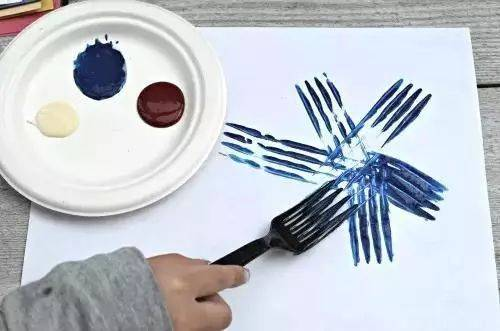 制作步骤:用扭扭棒上色后直接在画纸上作画 效果与卷纸筒相似,吸管较图片