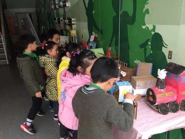在这期间,一,二年级的小朋友和爸爸妈妈们运用废弃纸盒等材料创意制作