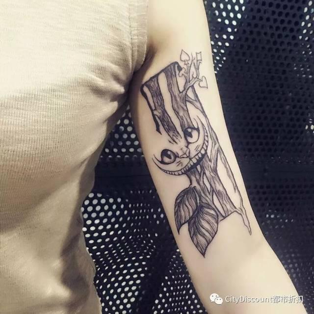 线条纹身顾名思义就是由线构成的纹身,没有用大面积打雾表达面,用