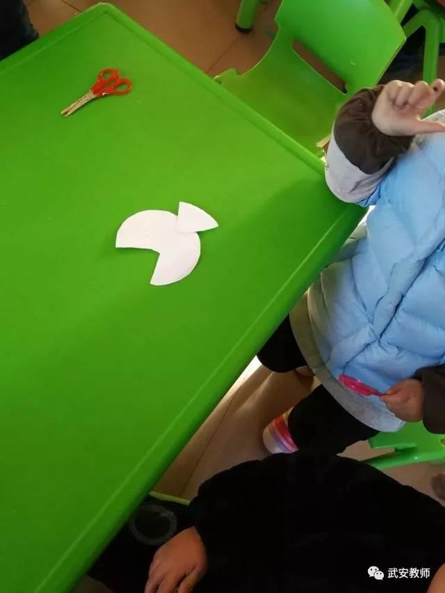 为了增强幼儿的环保意识,让幼儿懂得废物利用的重要性,在幼儿对鱼有一定感知经验的基础上,我设计了本次手工制作活动,利用纸盘圆圆又带有颜色的特点,引导孩子用纸盘来做鱼。运用即时贴、彩纸、水彩笔、油画棒等材料,引导幼儿自主表现各种鱼的外形特征,并充分展开想像,装饰出自己喜欢的、富有个性的纸盘鱼造型。让孩子们体验装饰纸盘鱼的乐趣。   小剪刀剪出小鱼轮廓