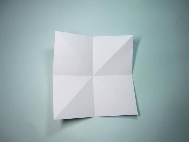 第2步、翻面,将上下、左右四条边分别两两对折,展开,这个时候就会发现,纸张内部形成了一个米字型折痕。  第3步、翻面,将图上这个小正方形折痕内侧的两条边捏住,沿着折痕合拢在一起。  第4步、再将对面小正方形折痕内侧的两条边捏住,沿着折痕合拢在一起。这样就形成一个双正方形。  第5步、将顶角(未分叉)旁边的一条边翻折至中间折痕,边与折痕对齐。  第6步、顶角旁边的其余三条边,也分别折向中间折痕,三条边分别与中间折痕对齐。  第7步、将折向中间的边全部展开,再将一条边竖立起来,就像图上这样。  第8步、将上一
