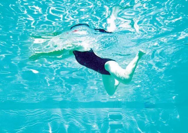 蹬腿动作相互抵消 ②手臂和腿在同一时间划水,泳姿更连续 调整:蛙泳是图片