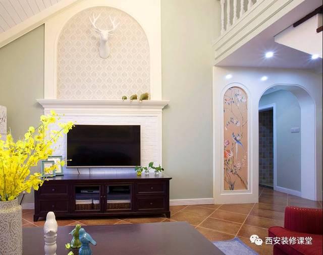 美式空间挑高电视墙,拱形造型结合假壁炉设置图片