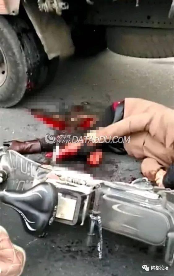 网友爆料 今天早上宜兴西花园二村附近发生车祸,一名老人被撞倒在