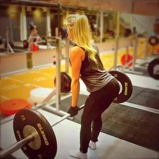 女的怎么撸_anna nystrom在健身界挺有名声,很多女生都在害怕撸铁长肌肉的时候,她