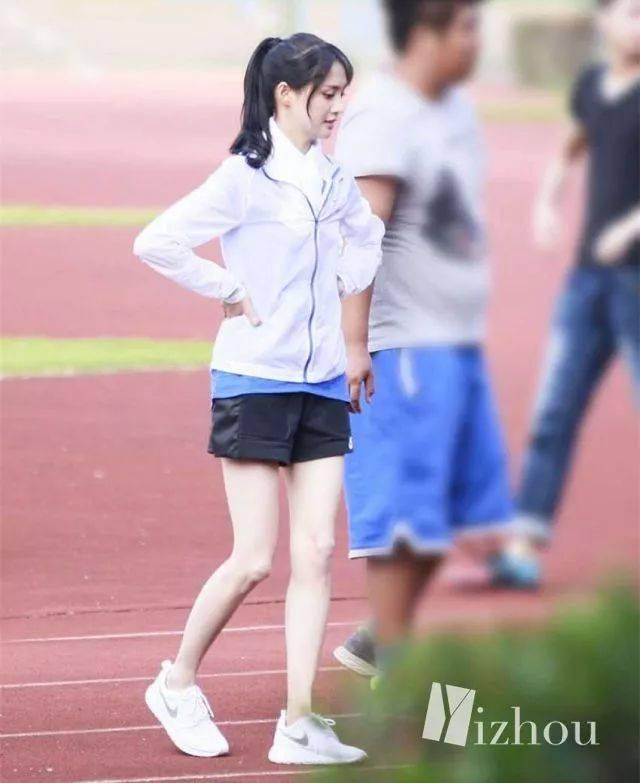 腿瘦成筷子狀,身高1米65,體重還不到90斤,你能想象到她的腰會有多細了圖片