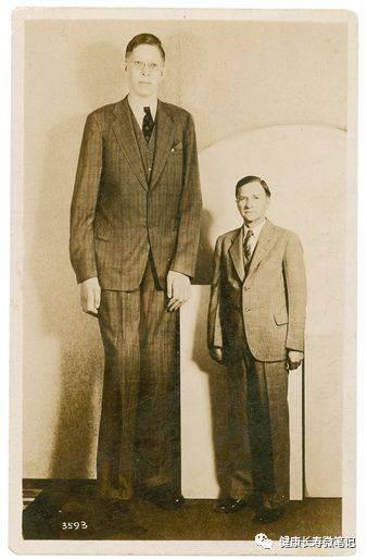 罗伯特·瓦德罗和父亲哈罗德·瓦德罗(身高1.