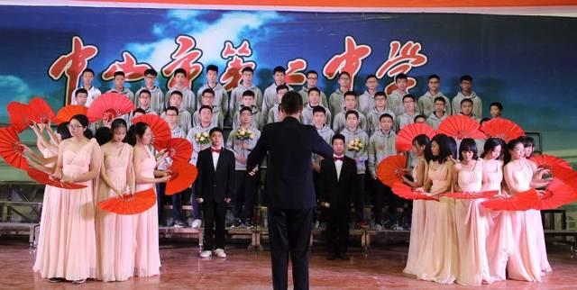在三个部分的合唱曲目里,来自高一年级18个班级的学生们广泛传唱歌颂图片