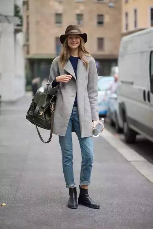 腰线较高的bf风牛仔裤裤脚可以多折两圈,露出切尔西靴里内搭的褶皱