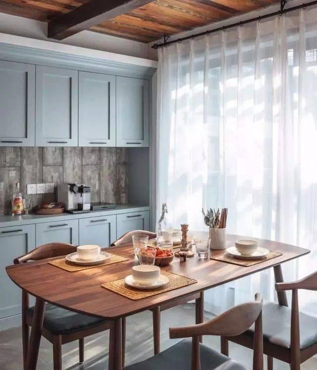 厨房中岛右侧的承重柱 由于不能敲掉,用旧木板包裹 裸露的木梁,旧木板图片