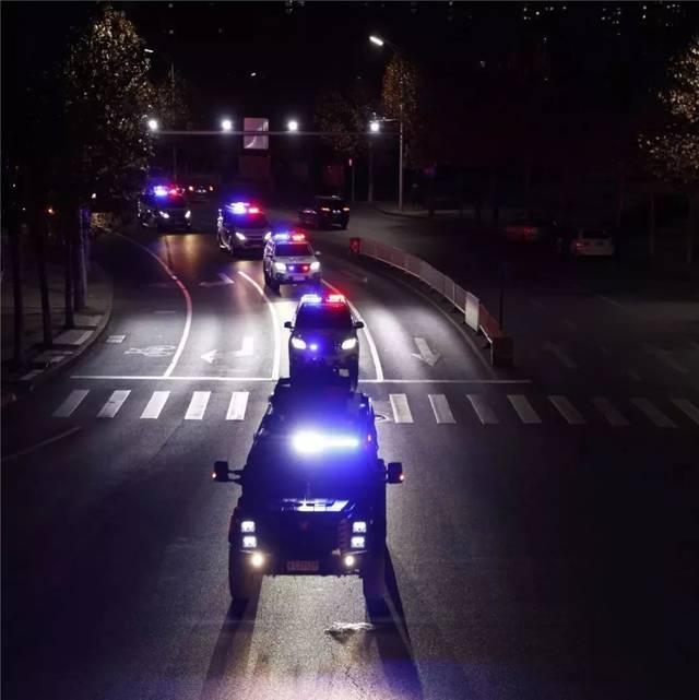 警车出动图片_纵览新闻