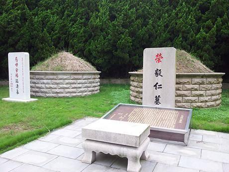 荣毅仁墓地,位于华侨公墓内,和妻子杨鉴清墓咫尺距离