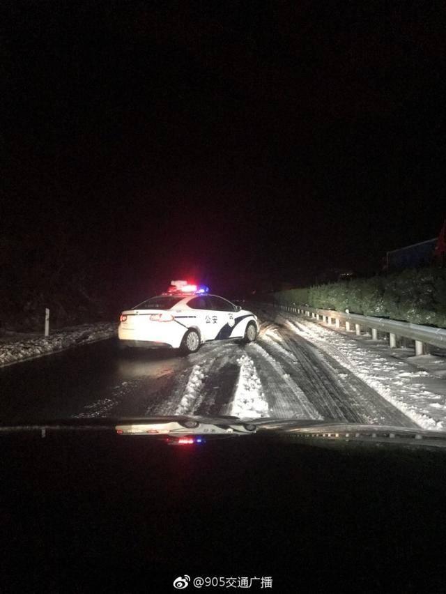 上那一抹温暖的颜色冰天雪地里高速公路