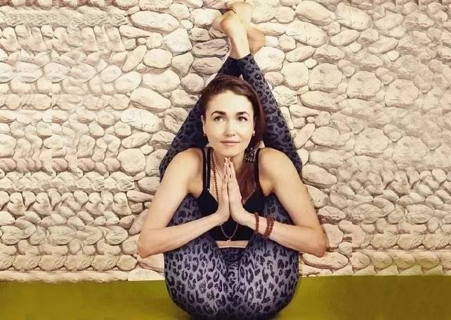 坐姿龟式瑜伽可以加强脊柱,活跃腹部器官,使其保持活力和健康,舒缓图片