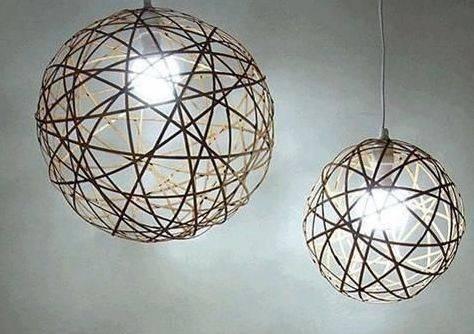 下面这款diy吊灯灯罩就是从旧竹席上拆下的竹签制作而成的,让原本
