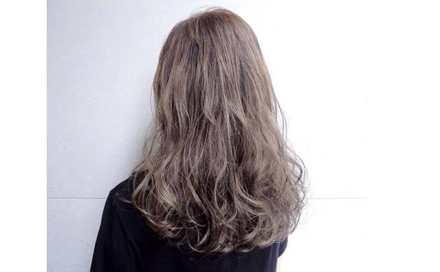 特殊色发色的女孩,因为随性的卷度更加增添率性,做自己好自在!