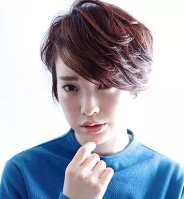 长脸的女生梳烫短发发型,后梳的烫短发发型发尾有些碎碎的,后梳短发图片