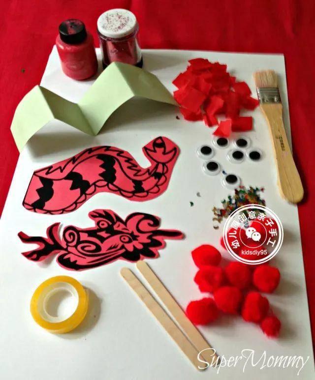 幼儿园新年手工制作,卡纸龙红包封吊饰等,狗年大吉一起红红火火