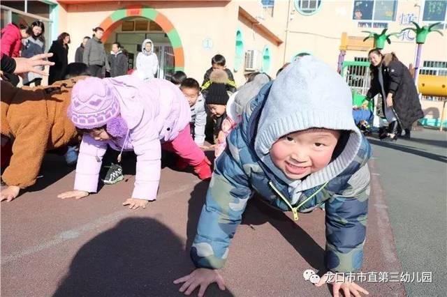 一日生活皆课程 教育源于生活,来自生活。幼儿园首先是孩子们最早接触到的集体生活场所,其次才是实现教育目的的所在。在幼儿园教育中,以孩子的生活为主,在不打破其自然生活形态条件下,耐心与适度地引导他们向最近目标发展。 小班幼儿来园已经半年,孩子们在幼儿园里快乐的游戏、生活,渐渐懂事,会自己吃饭、自己穿衣、穿鞋,能自己的事情自己做,这与小班老师的努力是息息相关的。我们看到郑蕾老师在进餐环节对幼儿的周到细心、细节处的科学与创意以及刁琳老师在游戏环节对幼儿的轻声细语、耐心引导都给参加观摩的老师留了深刻的印象,例如