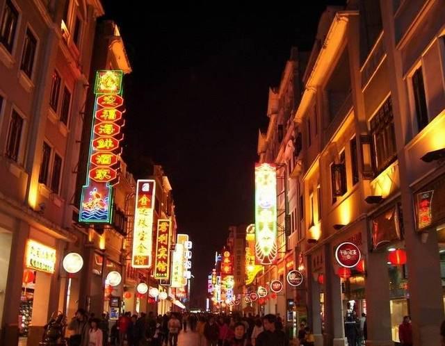 在广州可以到老城区西关的上下九步行街区域,广州美食园和沙面美食区