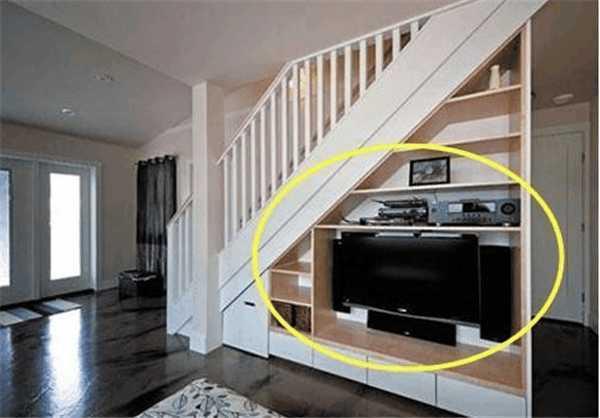 而且在进行楼梯下方电视墙装修中,我们还是可以根据楼梯实际的走势