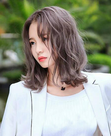 短发烫发发型也非常适合发量偏少的小仙女,齐肩发通过烫卷小巧的波浪