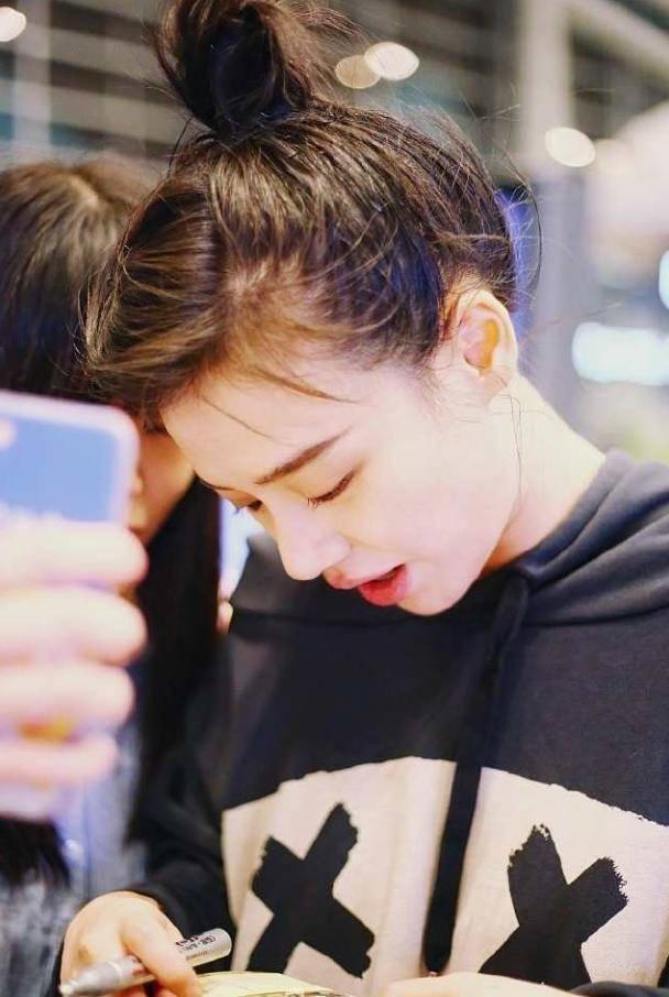 """杨幂ab四小花同框都不如她""""吸睛"""",菠萝头发型简直不要图片"""