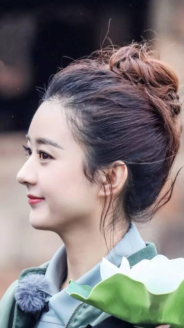 可以参考上图中的赵丽颖,在扎发的时候,留出两缕中分刘海或者是龙须图片