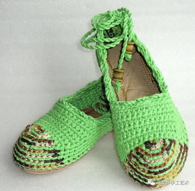 来学习钩针靴子的钩法教程,准备一双鞋底,在鞋的边缘先用戳针戳洞