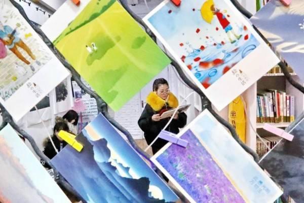 鸿丰娱乐:女孩做网络主播每天工作8小时