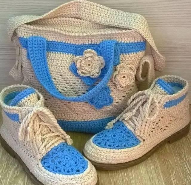 来学习钩针靴子的钩法教程,准备一双鞋底,在鞋的边缘先用戳针戳洞,然