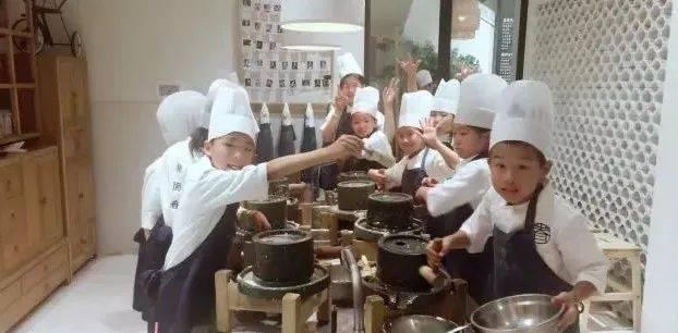 """03 最后,为大家颁发活动奖状, 经桃园眷村大厨认证的""""厨艺证书""""."""