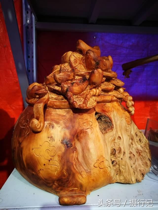 造型奇异的根雕艺术品.