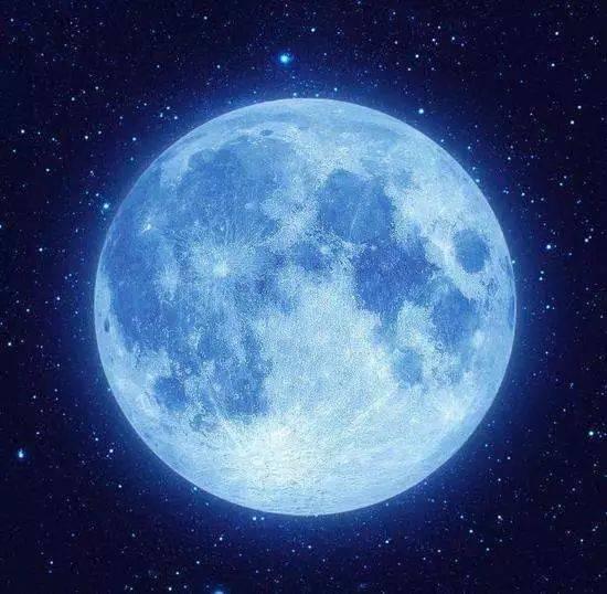 夜空出現真正的藍色月亮,其實就是因為森林大火,火山爆發等災害,產生
