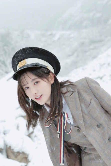 鞠婧祎雪地上演制服诱惑