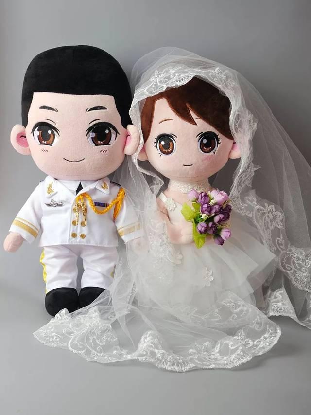 这次推出是军婚款公仔 如图 陆军款 女版是两套衣服 (套装里就是两套
