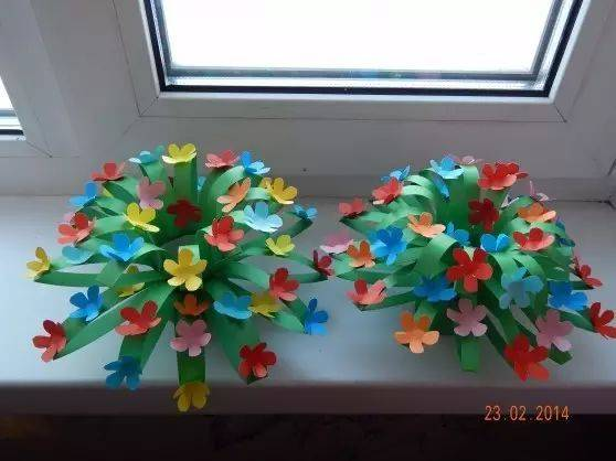 编辑:小莉老师 由《幼儿园手工》原创,转载请注明来源! 不知不觉我们已经被春天温暖的风包围了,课堂上带孩子们做什么样的手工才好呢? 老师们都想好了吗?小莉收集了几个有趣简单的创意,快来这里找找灵感吧~ 卡纸花冠  小莉刚做了一个小花冠,小朋友们个个都兴奋的不得了,仿佛瞬间变身为花仙子了  准备材料:卡纸、剪刀、胶棒、铅笔