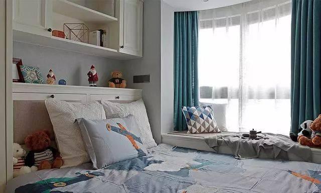 客卧安装了白色榻榻米组合柜,收纳能力超强,东西再多也能收纳得整整齐图片