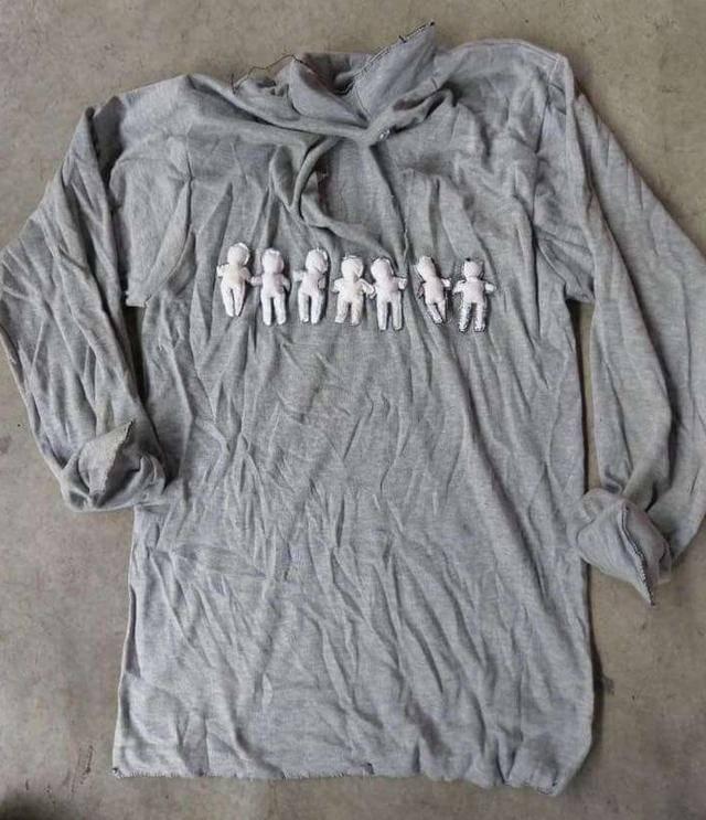 这7个小人明显是手工制作的,而且衣服的袖口还被彻底缝死,防止小人掉