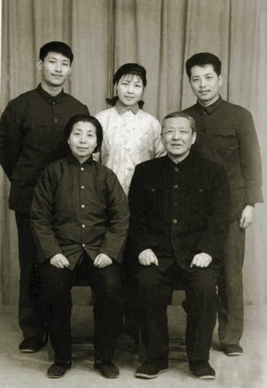 后排左起:儿子习近平,女儿习安安,女婿吴龙来源:《习仲勋画传》〔在
