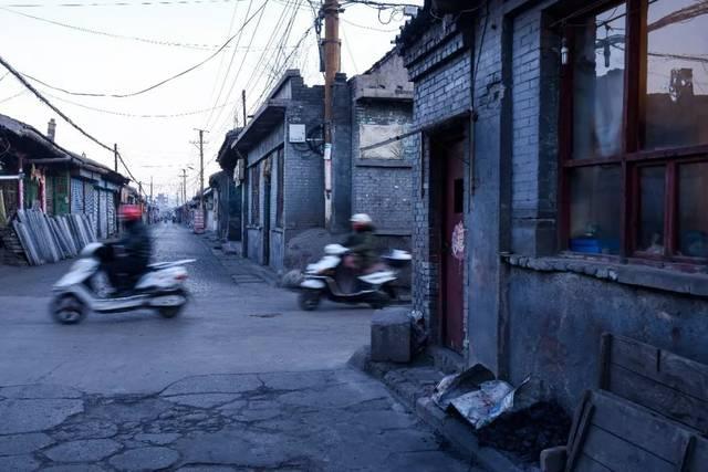 杨家火烧铺前人来人往,远处的中阳楼若隐若现.v手工手工大全初中图片作品美术图片