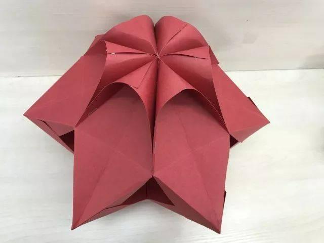 取剩下6个小长方形卡纸,按步骤1至步骤5所示制作灯笼的另一半.