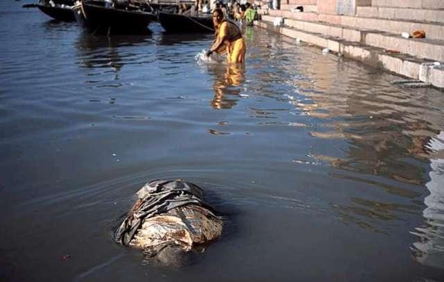 就有漂流的浮尸经过,可印度教的人们对此视而不见,依然在恒河中洗浴