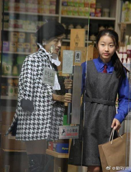 这张照片,爸爸陈奕迅,完全是个行走中的表情包啊.笑点瞬间被击中.图片