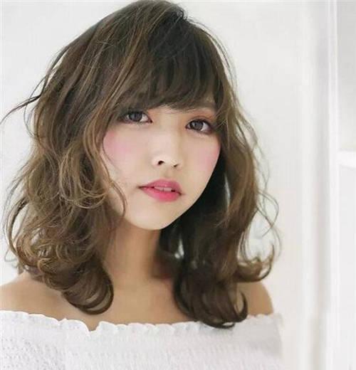 齐肩中短发发型进行螺旋卷烫卷设计自然披肩减龄又显瘦,脸颊两侧的图片