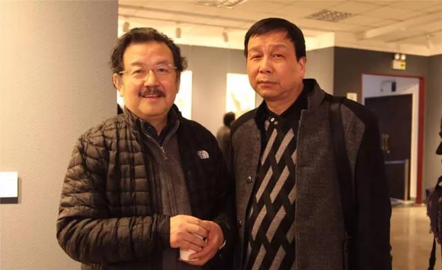 湖北书画院院长李乃蔚(右),画家董长发观展
