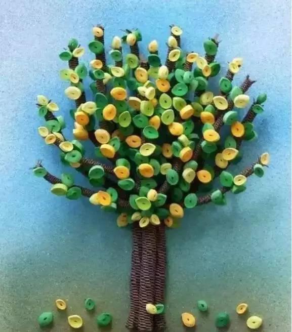 编辑:小莉老师 由《幼儿园手工》编辑,转载请注明来源! 在阳光明媚,出暖花开的春天, 百花争艳,在这生气勃勃春日里, 只要你有一双灵巧的小手, 就能做出美丽的花朵! 跟着小莉老师来学习这几款创意手工, 一起来装饰我们的班级吧~ 皱纹纸手工制作春天的花朵