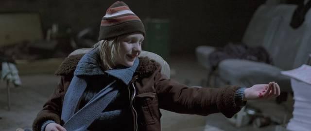 起初,奥斯卡并不知道爱莉的真实身份 两个人总是隔着墙通过福尔摩斯